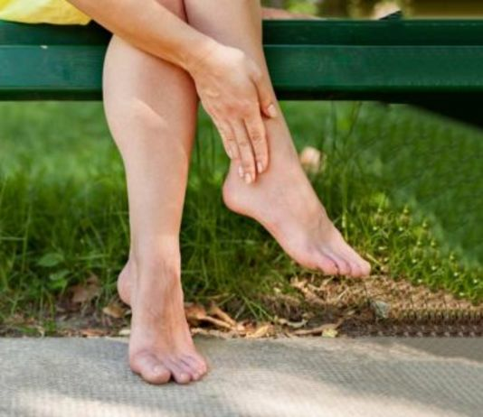 swollen ankles and feet causes