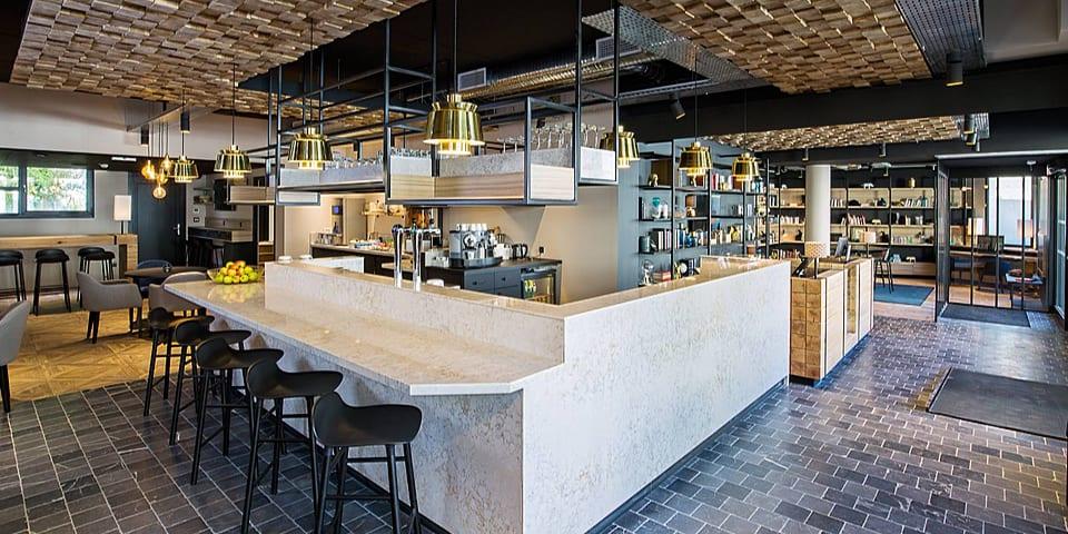 Décoration intérieur et aménagement de l'espace bar de l'ibis styles de Laval Centre
