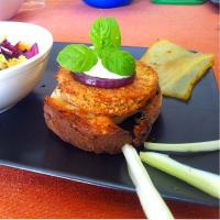 Hamburger di cicerchie con cipolla al balsamico e tzaziki di sedano