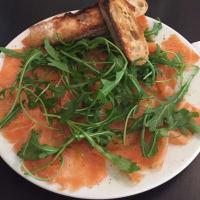salmón ahumado con rúcula
