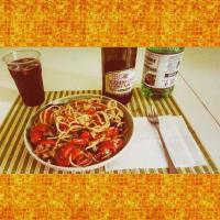 Espaguetis con atún, tomates cherry y aceitunas