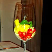Dessert di cioccolato bianco con frutta