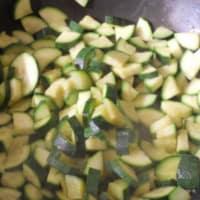 Farfalle con zucchine, salmone e gamberetti step 1