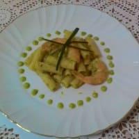 Tortiglioni con crema de calabacín y colas de camarón