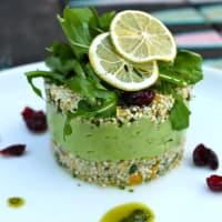Cous cous di quinoa germogliata e cavolfiore con erbe, agrumi e crema