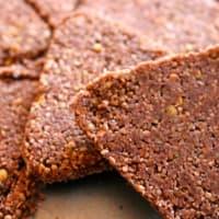Biscotto crudista di grano saraceno e cioccolato