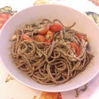 Espagueti al pesto y tomates cherry