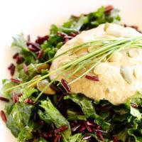 ensalada de arroz Venus con semillas de calabaza y la col rizada