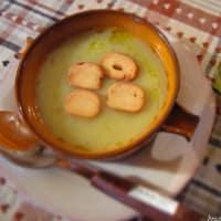Crema de coliflor, puerros y patatas con picatostes