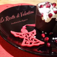 Tazas pequeñas rellenas de chocolate y nieve granada
