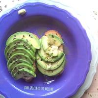 tostadas aguacate con pistachos picados y linaza