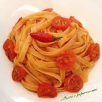 Pasta con salsa picante con tomates cherry