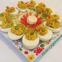 Huevos rellenos con guisantes y zanahorias