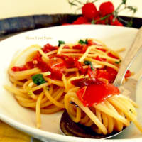 Espaguetis con tomate y pesto de pistacho
