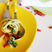 Espaguetis con borraja y las bayas de Goji