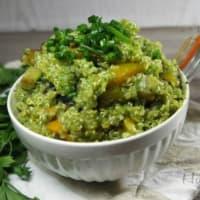 Quinoa con verdure e pesto alle erbe aromatiche