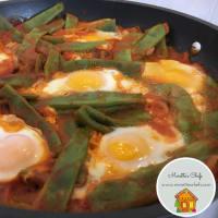 Huevos con salsa de guisantes de nieve