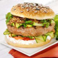 Sandwich con hamburguesa, queso y calabacín