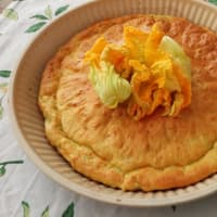 Cake with zucchini flowers and cheese