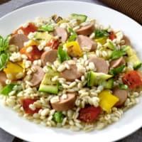 Ensalada de arroz con verduras y salchichas