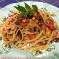 Linguini con mirto de pulpo y tomates rojos y amarillos