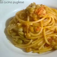 Espaguetis con atún y guisantes