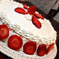 Pastel con crema y fresas
