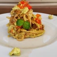 espaguetis integrales con aguacate pesto, boletus y datterini