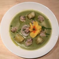 Cream of peas with water clams and croutons
