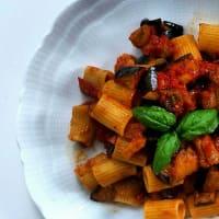 rigatoni tomates y berenjenas