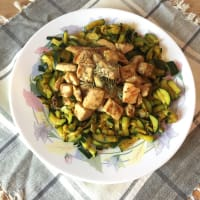 Chicken with herbs of Provence with matches zucchini turmeric