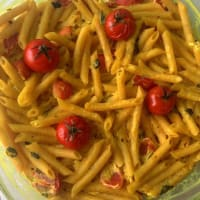 Integral penne with ricotta and basil, turmeric and tomatoes