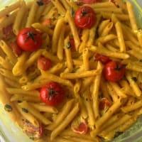penne integral con queso ricotta y albahaca, cúrcuma y tomates