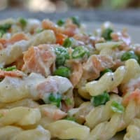 Braids creamy with salmon and peas