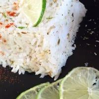 Pollo con limón, pimentón, leche de coco, arroz y pan plano de hierbas