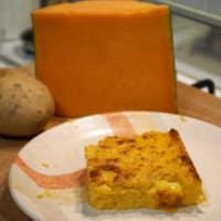 Pastel de calabaza, patatas, salchichas y queso brie