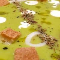 Crema de calabacín con calamares y crostini