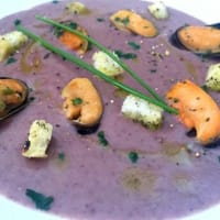 Cream of red beans with mussels and croutons
