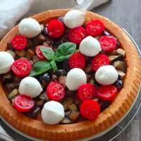 Torta salata con melanzane, pomodori e mozzarelline