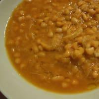cannellini frijoles y sopa de repollo con la cúrcuma