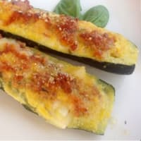 Zucchini stuffed with sausage and mozzarella