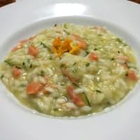 Risotto con salmón ahumado, el calabacín y cítricos