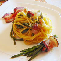 Spaghetti with asparagus and bacon