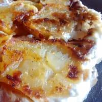la pizza invertida con patatas de jamón ahumado, gruyere