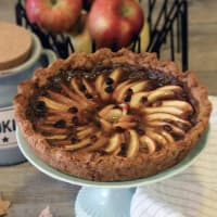 Tart with wholemeal pastry with nuts and caramel toffee apple