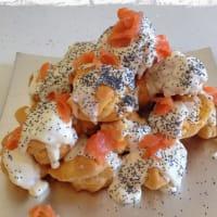 salmón crema puffs con fondue de queso suave y semillas de amapola
