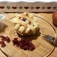 Cestino di mela ripieno di mirtilli secchi