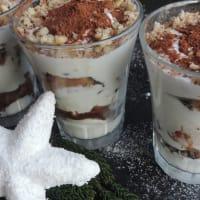 Vasos de tiramisú con yogur griego y crema paso 1