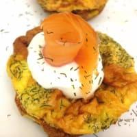 Tortillas con hierbas y salmón y crema espesa