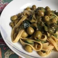 Linguini con aceitunas y calabacín